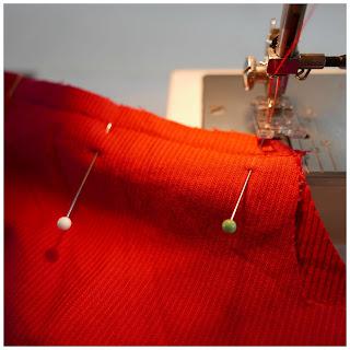 Colocamos alfileres perpendiculares a la costura