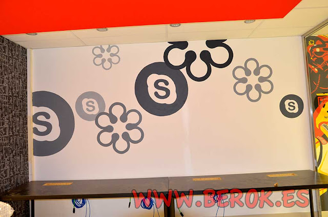 Rotulación de logos internet Skype en oficinas