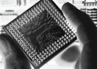 forma en que se deben sostener los circuitos integrados como este CPU para evitar daños por estática