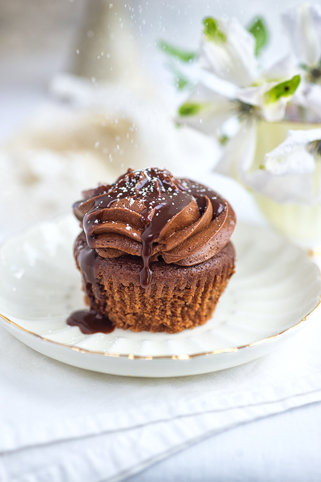 Dusting icing sugar on a cupcake | Supergolden Bakes
