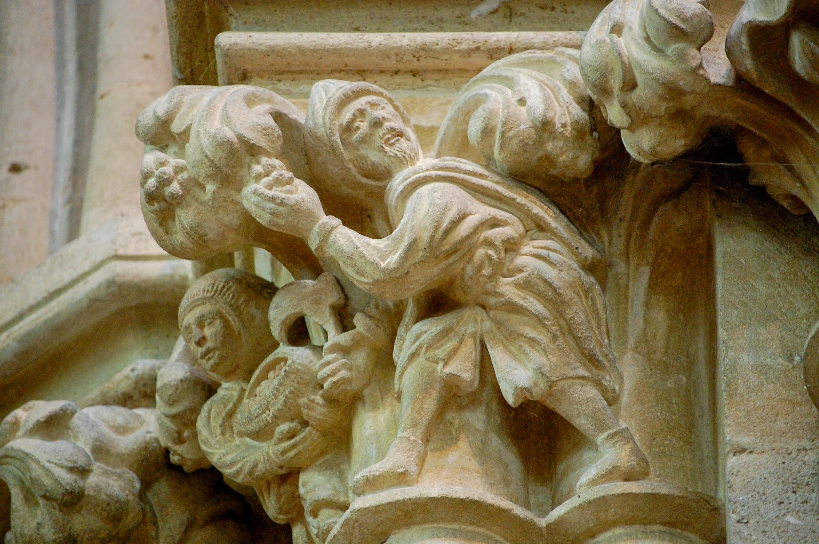 Carving of thieves stealing fruit