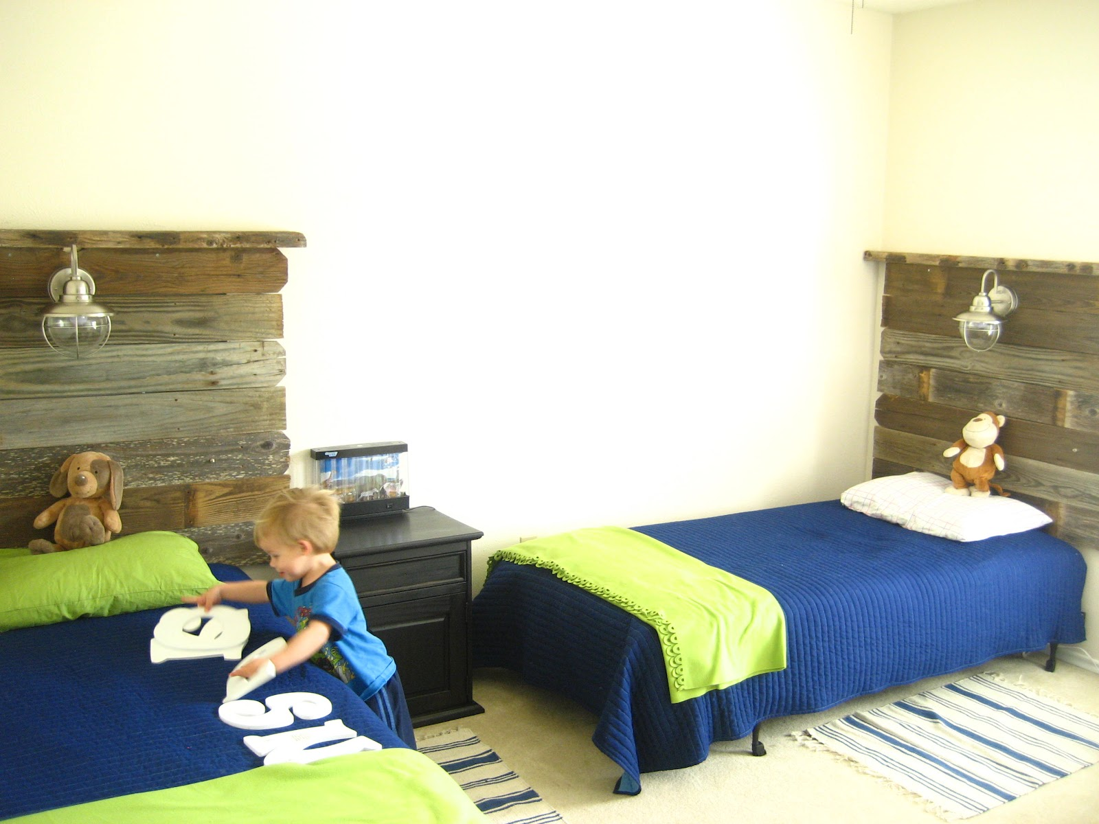 Southern fried living salvaged wood headboards twin boys for Kids twin bedroom