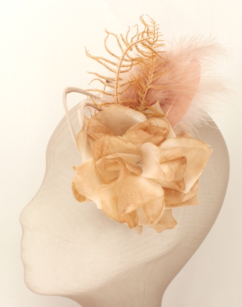 Colección La Cesta - Tocado Broche Nude flor y Helecho (Lado)