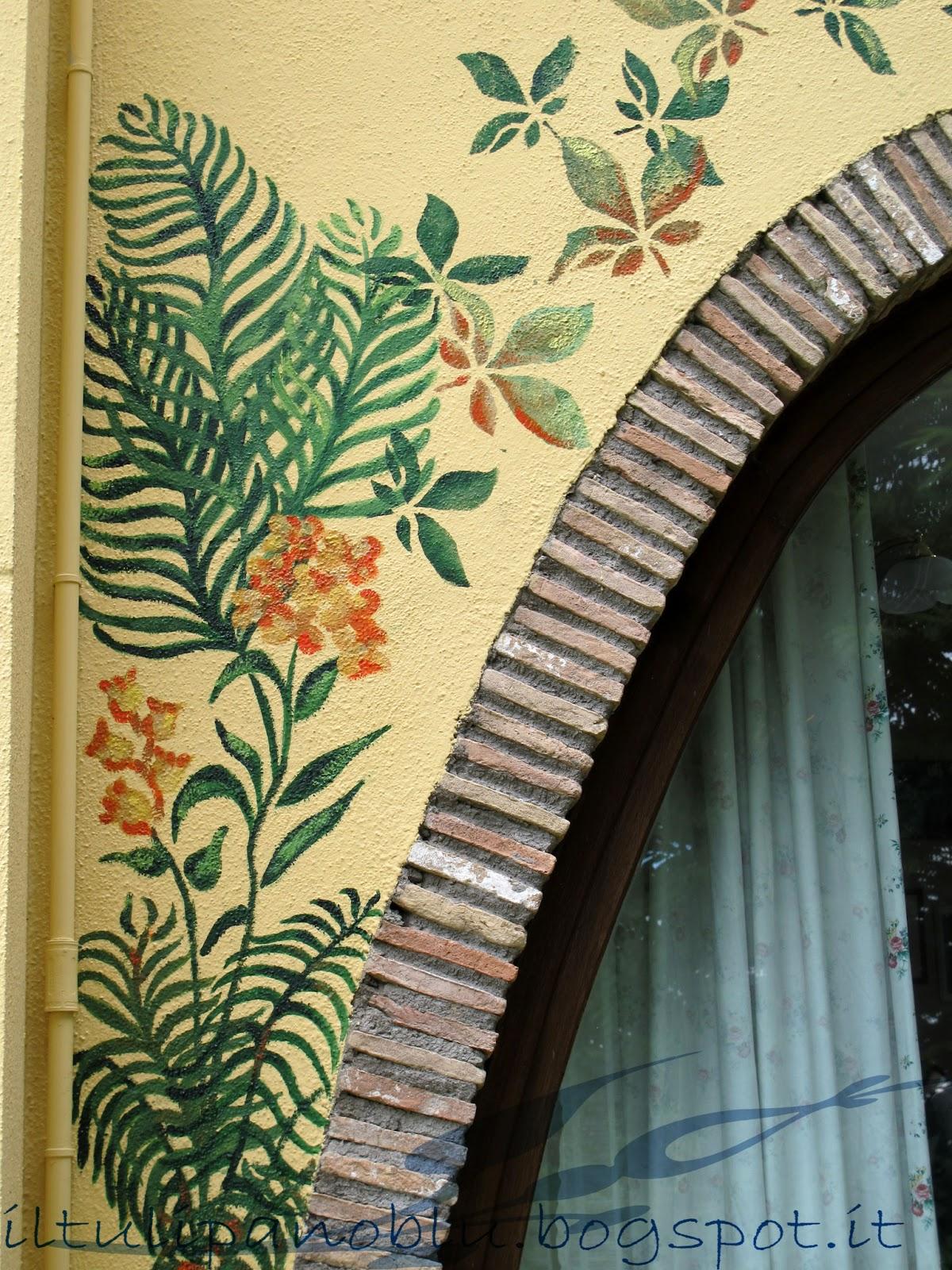 Il tulipano blu: decorazione su muro  sopraporta