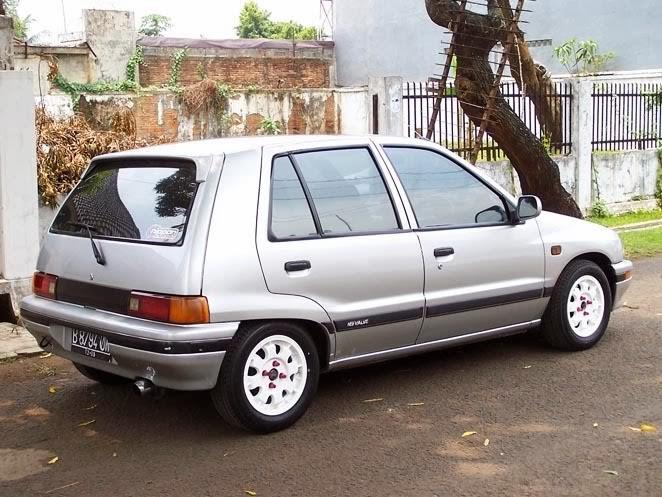 Perbandingan Daihatsu Charade dan Suzuki Amenity.