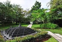 Replika candi Borobudur di taman hotel.