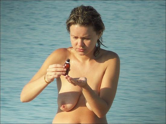 Topless de menina bonita com longos seios caidos - very saggy tits
