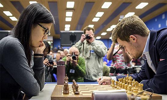 Le champion du monde d'échecs Magnus Carlsen bat la Chinoise Hou Yifan lors de la ronde 11 - Photo © Alina L'Ami
