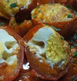 Tomates rellenos de huevo