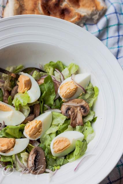 Salată de ciuperci și ouă