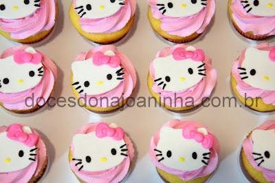 Mini cupcakes decorados com ganache rosa e Hello Kitty