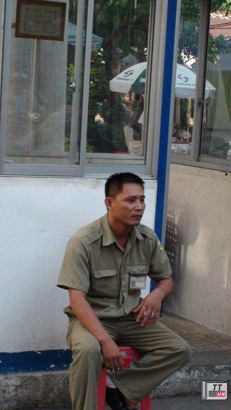 Anh dân phòng phản ánh sự việc với phóng viên