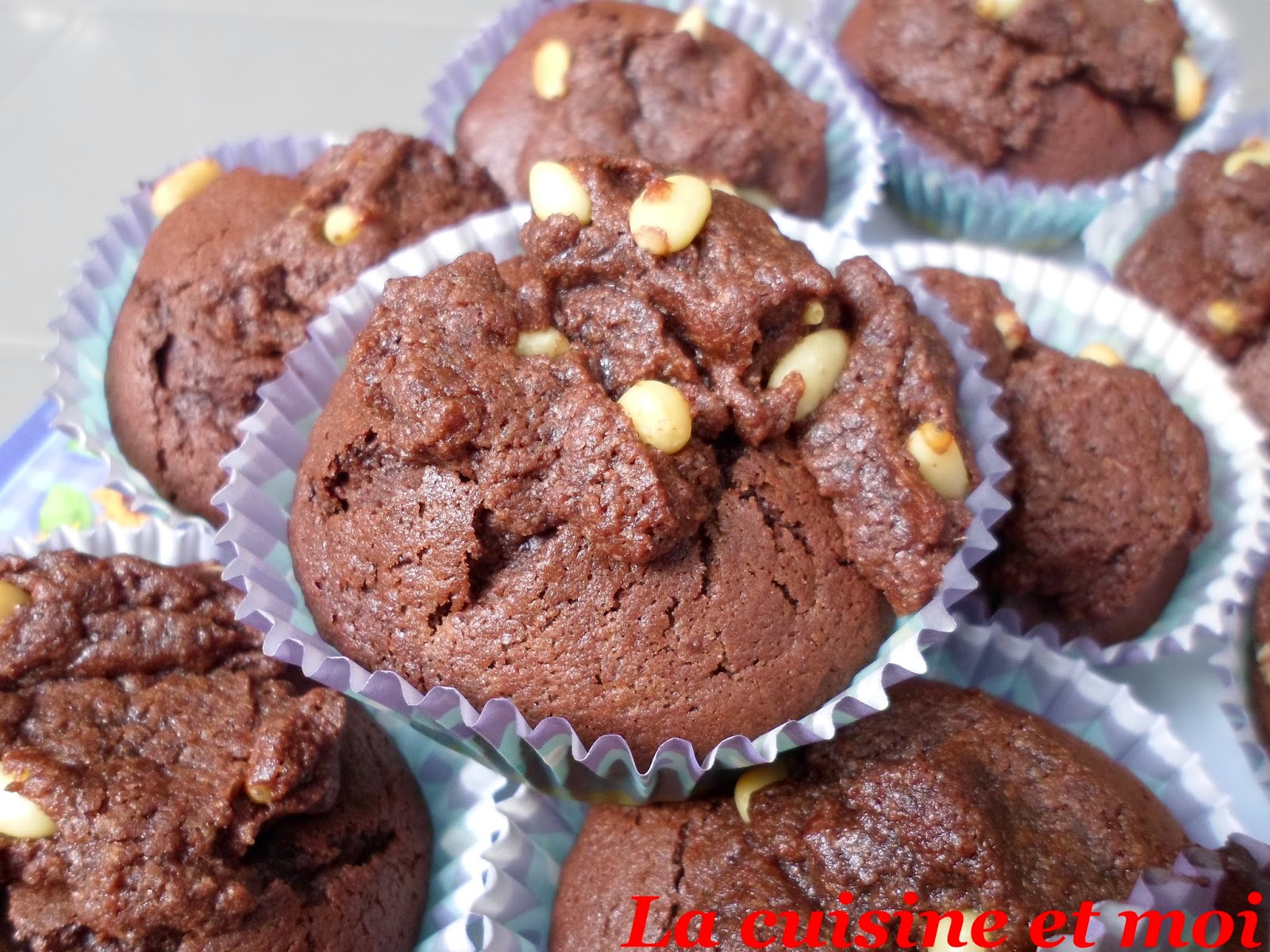 http://la-cuisine-et-moi.blogspot.fr/2014/09/muffins-de-chocolat-pignons-de-pin.html