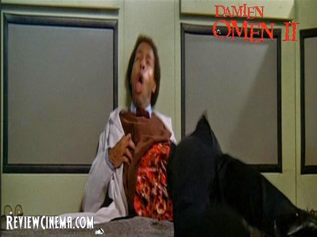 """<img src=""""Damien : Omen II.jpg"""" alt=""""Damien : Omen II Salah satu adegan sadis dalam Omen II"""">"""