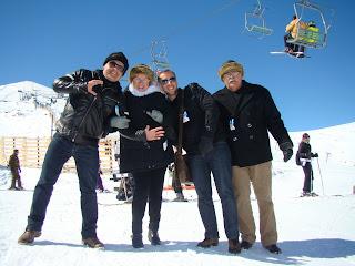 Não esquiadores curtindo a montanha em Santiago