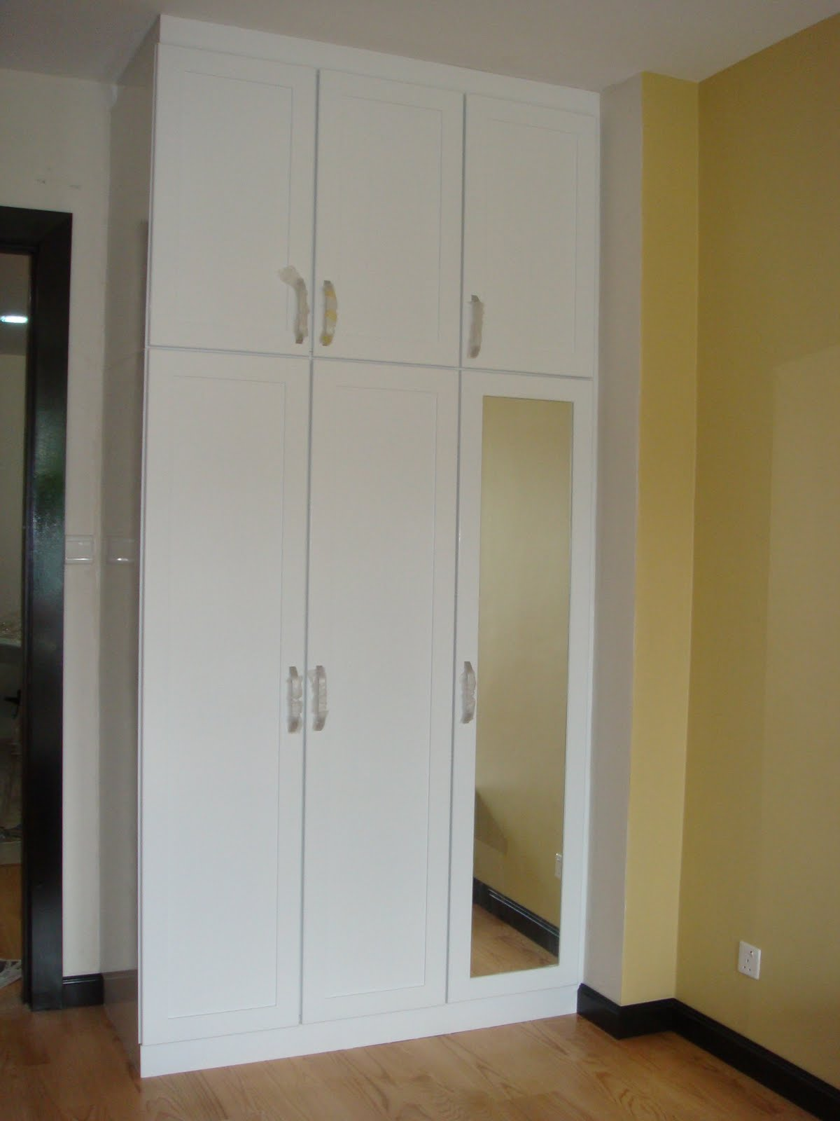 Alony design kitchen showroom wardrobe for Kitchen wardrobe design