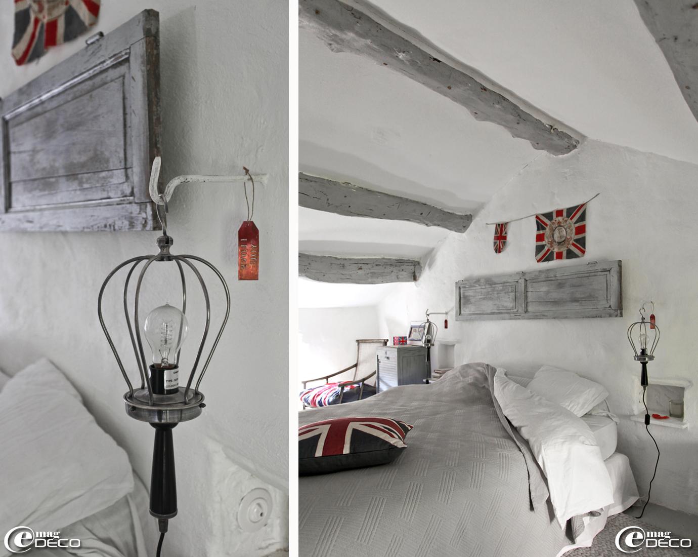 Deux baladeuses de réédition Chehoma encadrent un lit en guise de lampes de chevet
