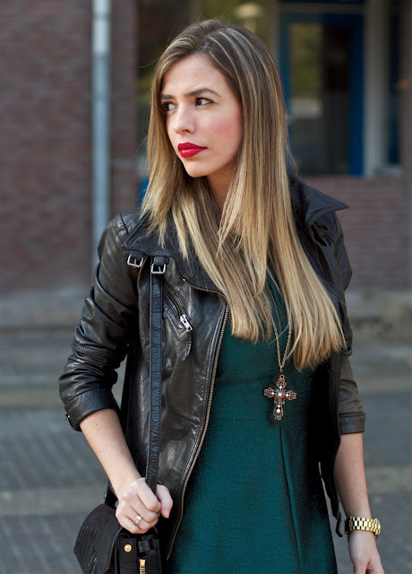 talita carvalho, blogueira, batom vermelho, crucifixo