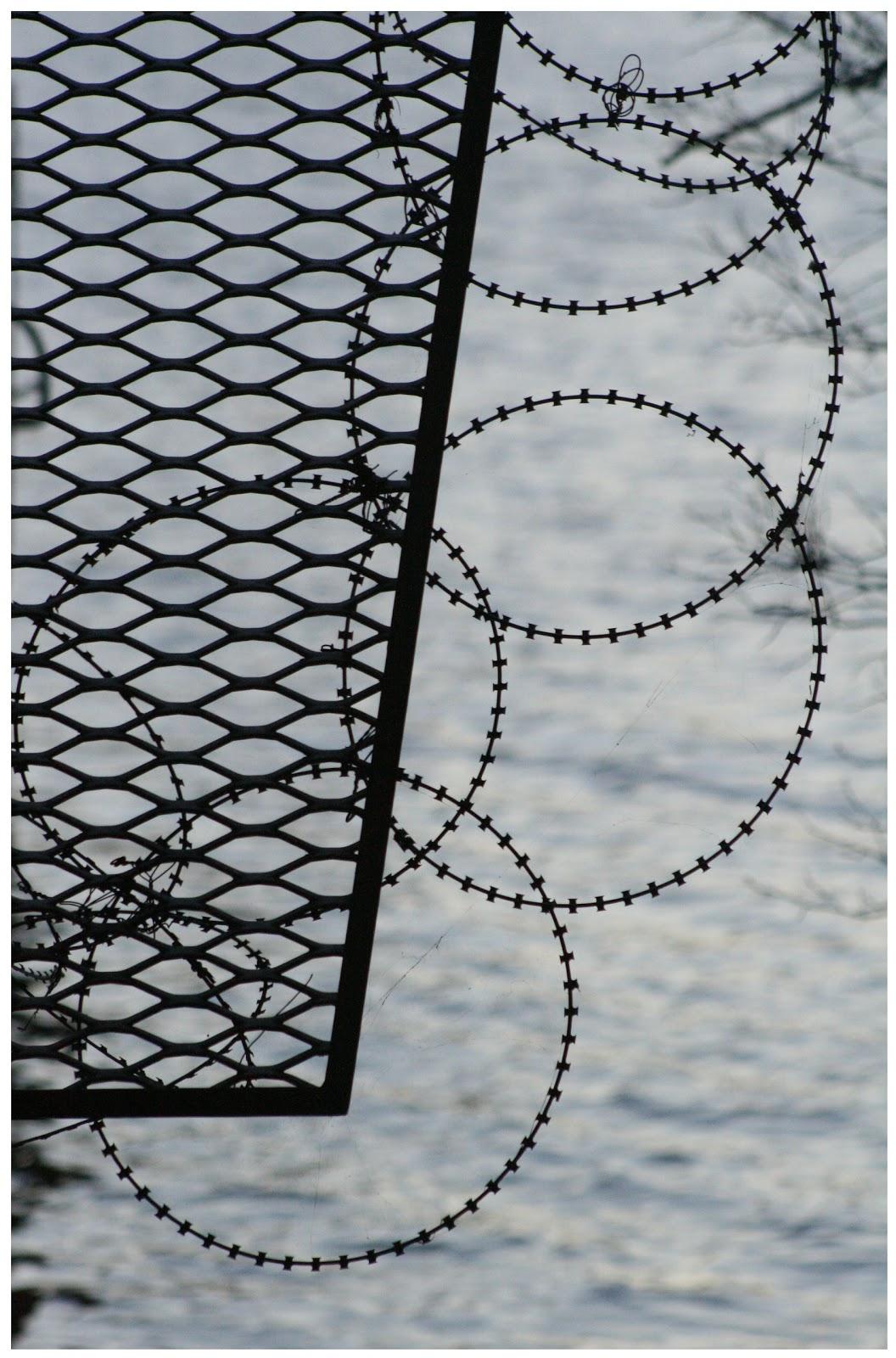 http://4.bp.blogspot.com/-UC3_9pijgAk/T81TsUiFD7I/AAAAAAAAAy4/cpFNUFuEywc/s1600/barbed+wire.jpg