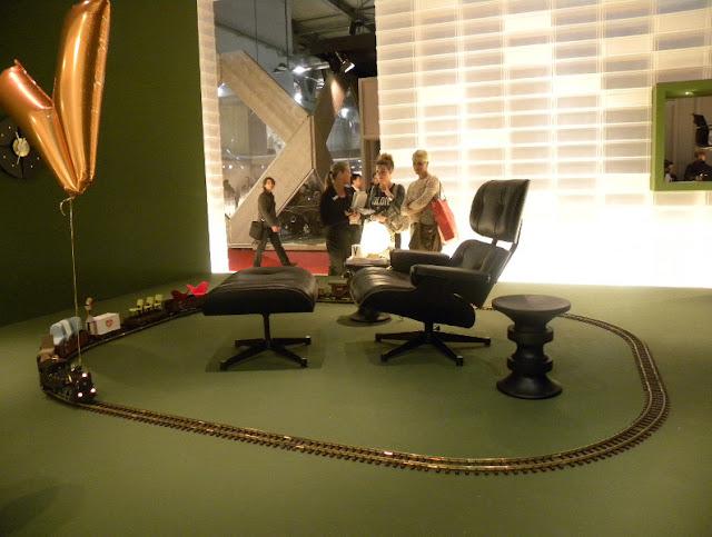 Eames Lounge Chair von Charles Eames für VITRA auf der Mailänder Möbelmesse