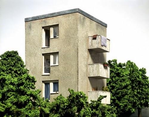 02-Frank-Kunert-Confronting-our-Lives-in-Miniature-Sculptures-www-designstack-co
