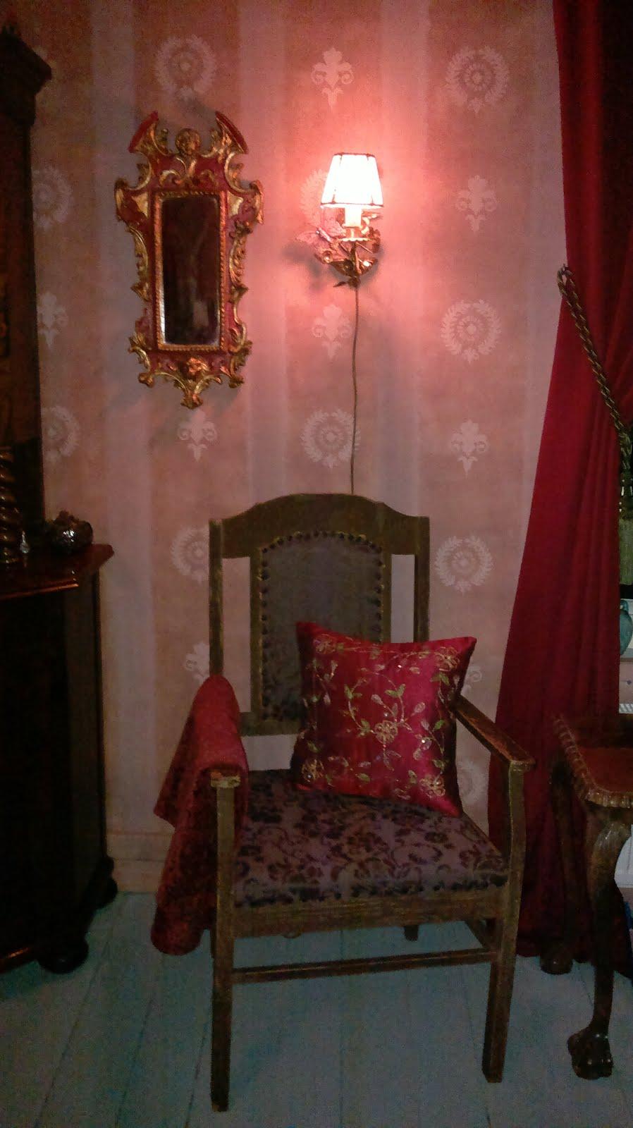 Kaseiinimaalattua seinää valmiissa olohuoneessa
