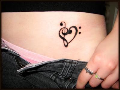 Tatuagem de Coração feito de Notas Musicais