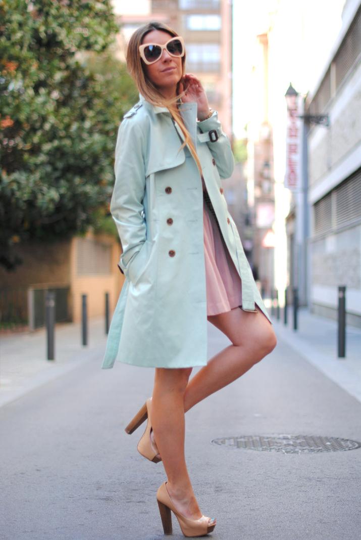 Outfit primavera 2012 en blog de moda: tonos pastel en un look con gabardina color menta