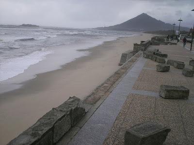 Fotofrafia das pedras do mureto que foram arrancadas pela força do mar.