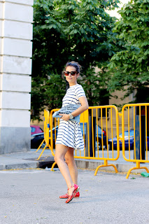 http://4.bp.blogspot.com/-UDZGtVKTf8E/Ub6AxkYk1XI/AAAAAAAAUd4/3OefcubCNH8/s1600/Cangrejeras-Strappy_Sandals-Collage_Vintage_x_Krack-Striped_Dress-ASos-Outfit-Street_Style-20.jpg