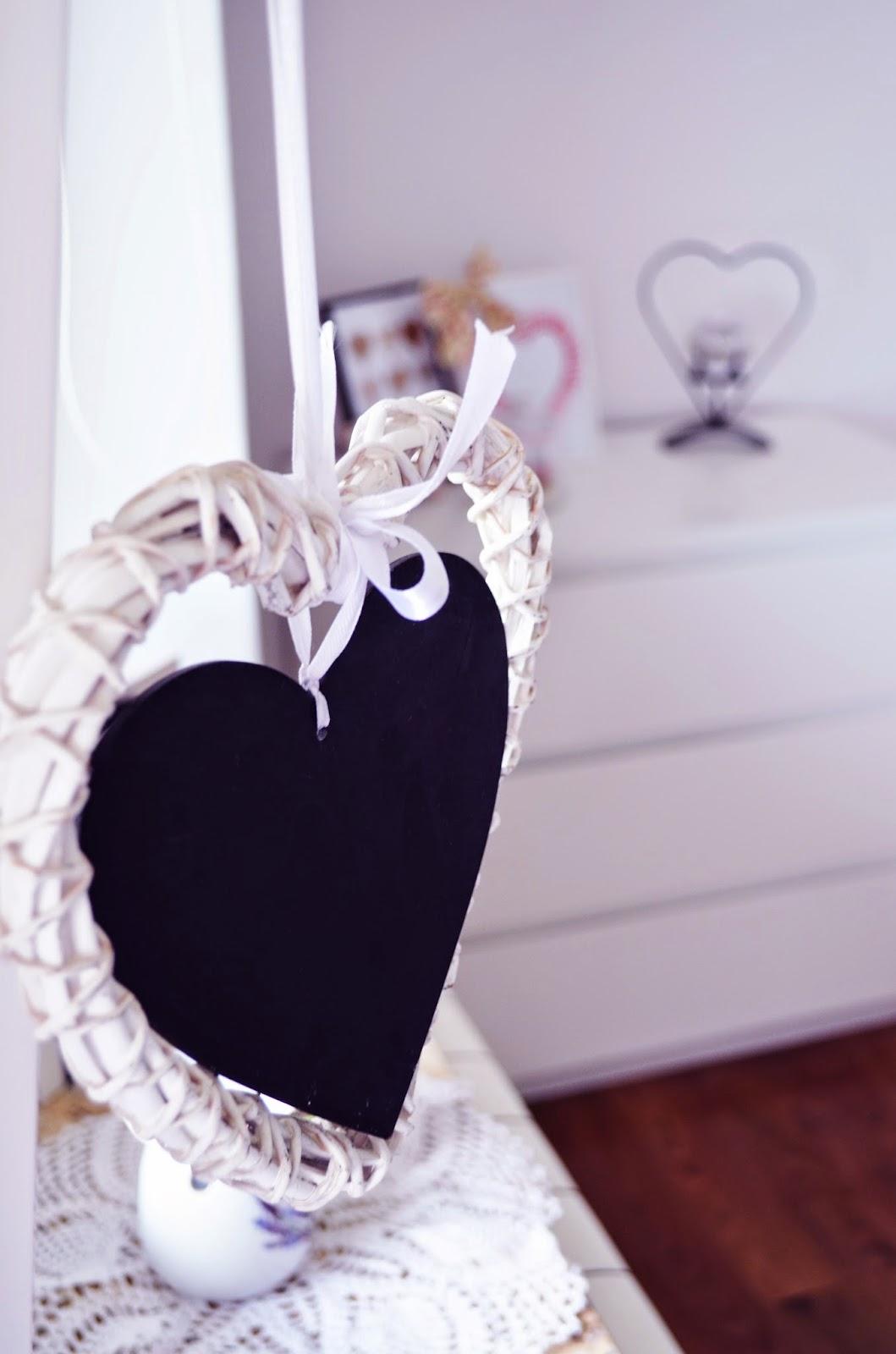 drewniane serce, white room, white bedroom, biały pokój, białe meble, ażurowe, koronkowe, rustical, romantic room, rustical style, pokój w bieli czyli moje cztery kąty