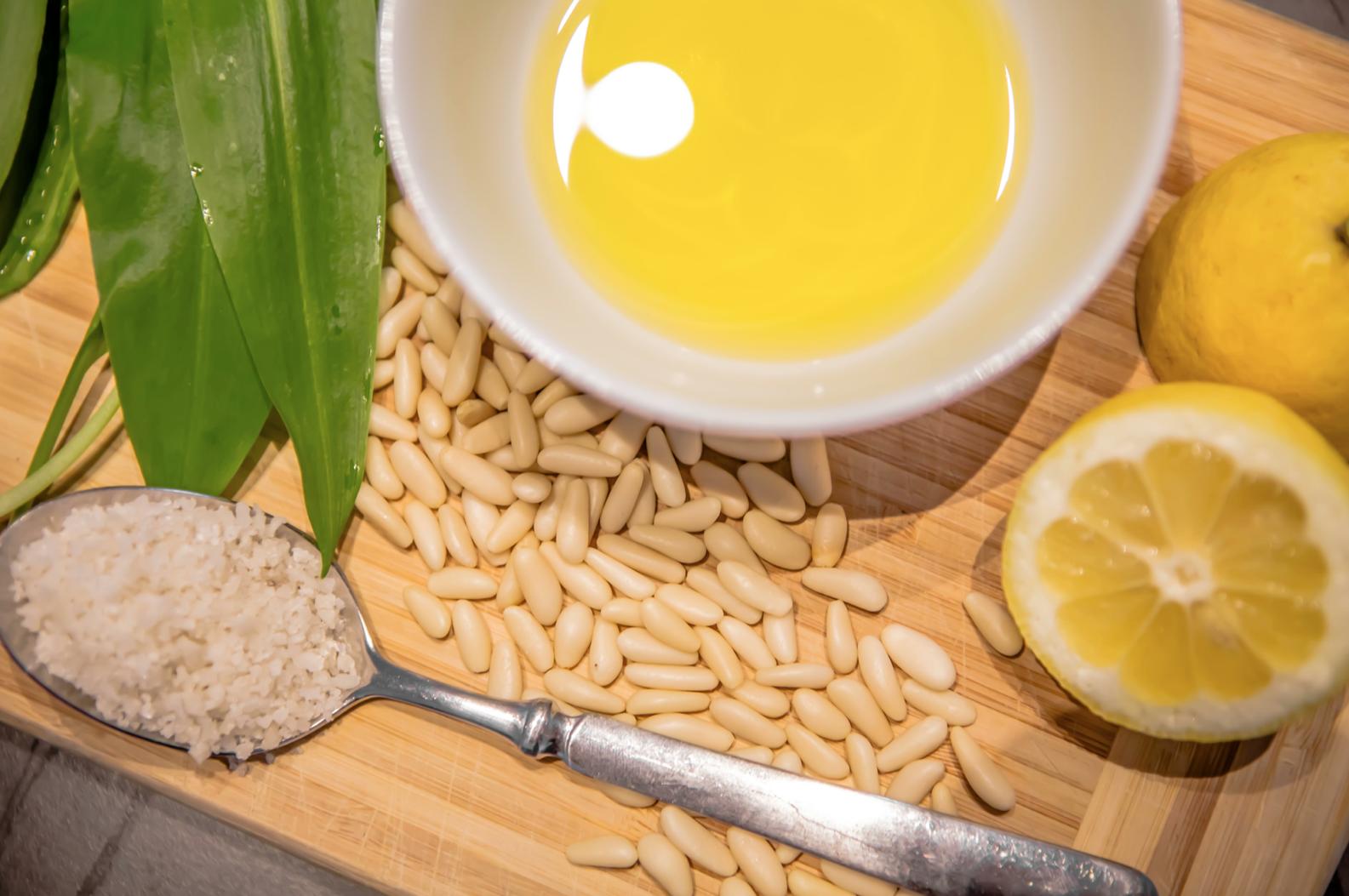 Zutaten für Bärlauchpesto, leuchtendes Olivenöl