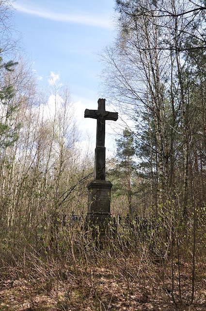 Błotnica, kamienny krzyż Arma Christi - widok od strony zachodnie, 1896 r. Fot. KW.