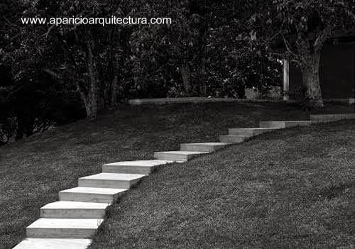 Escalinata en el jardín de la residencia