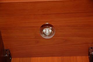 Встроненные в мебель светильники на кухне