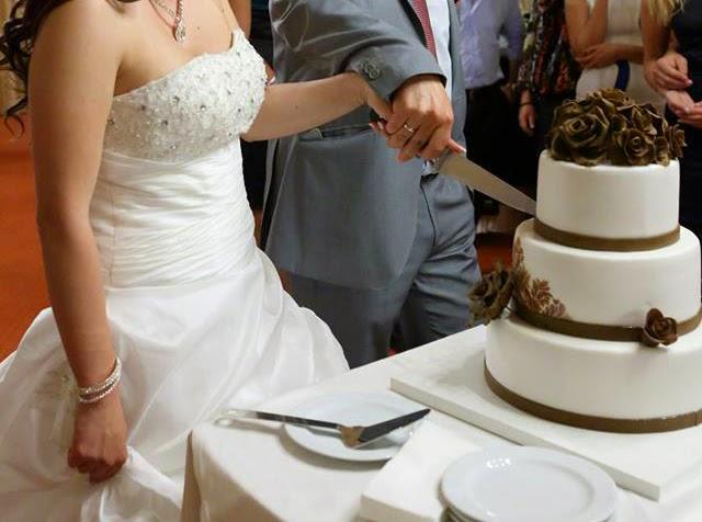 Хващане на ножа, с който се разрязва сватбената торта