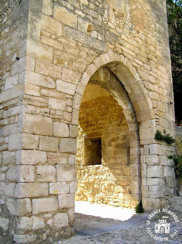 SAINT-SATURNIN-LES-APT (84) - Remparts et Portail Ayguier