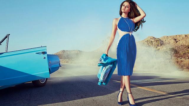 Selena Gomez con un vestido azul