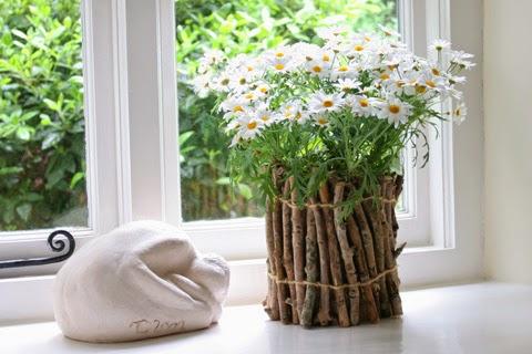 Doniczka DIY z drewna, inspiracja na wiosenną dekorację. Co zrobić z patyczków.