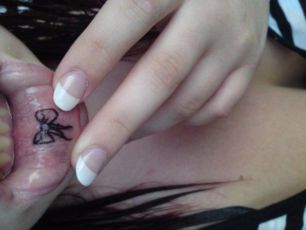 tatuaje de lacito en el labio