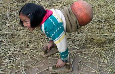 tubuh gadis kecil dari bola basket