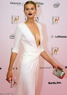 """عارضة الأزياء """"توني جارن"""" في ثوب أبيض خلال حفل جوائز برلين"""