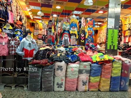 キッズ服を専門に扱う問屋もたくさんあります。子どもたちが喜びそうなカラ... 五分埔服飾問屋街で