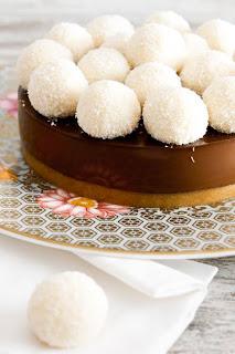 """<img alt="""" Tarte au chocolat avec des boules de noix de coco"""""""