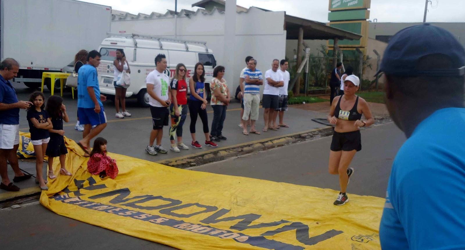 Foto 109 da 1ª Corrida Av. dos Coqueiros em Barretos-SP 14/04/2013 – Atletas cruzando a linha de chegada
