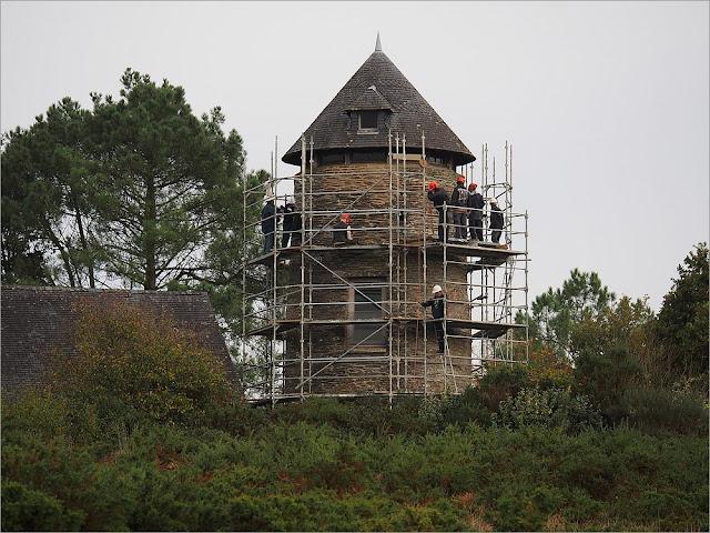 L'association études et chantiers répare le Moulin de Cojoux