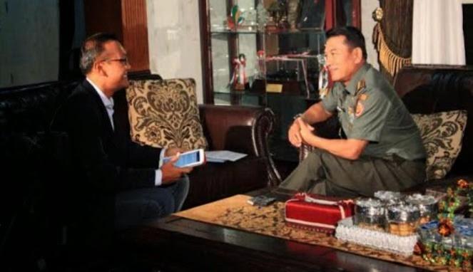 Panglima TNI Jenderal Moeldoko saat diwawancarai oleh Koresponden Channel News Asia di kediamannya di Jakarta Pusat