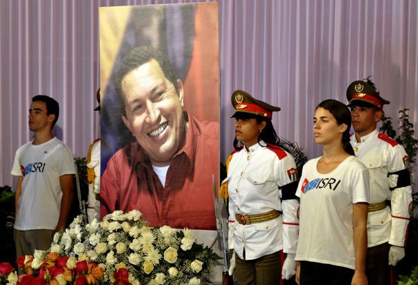 Miembros del batallón de ceremonias de las Fuerzas Armadas Revolucionarias (FAR) y estudiantes del Instituto Superior de Relaciones Internacionales, durante el homenaje póstumo al Comandante Presidente de Venezuela Hugo Rafael Chávez Frías, en el Memorial José Martí, en La Habana, el 7 de marzo de 2013.