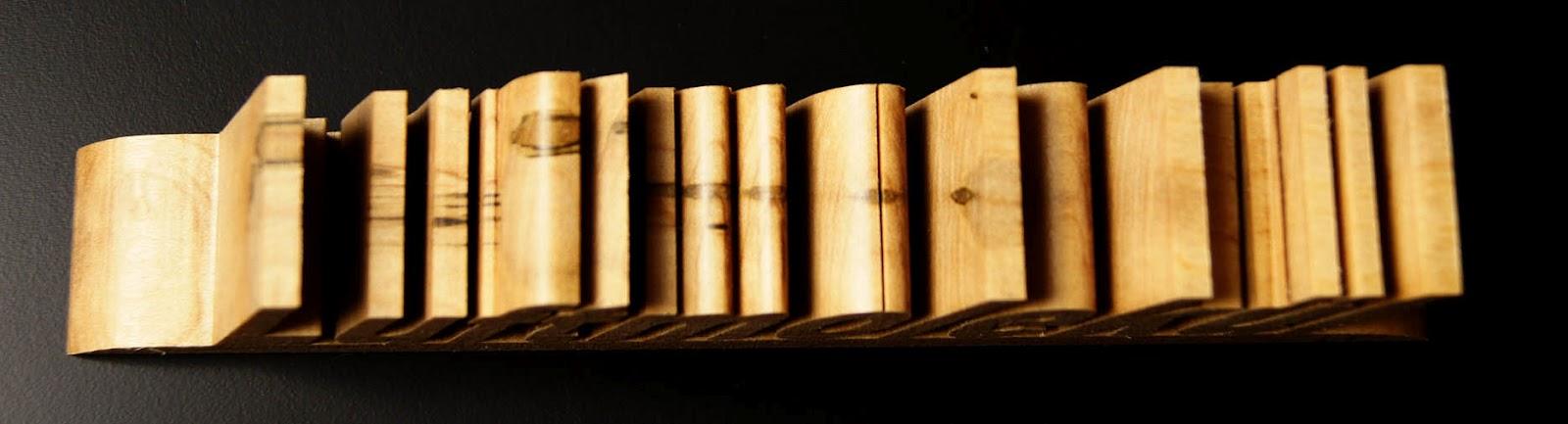 Unterschiedlich Blickwert: Schon mal einen Namen in Holz schneiden lassen? LM49