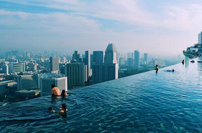 Vista panorámica de la ciudad desde la piscina - Hotel
